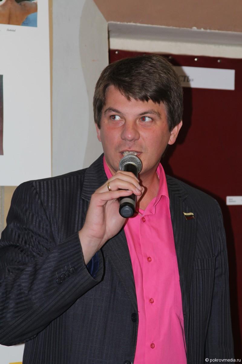 Участников приветствует председатель совета народных депутатов города Покров О.Г.Кисляков