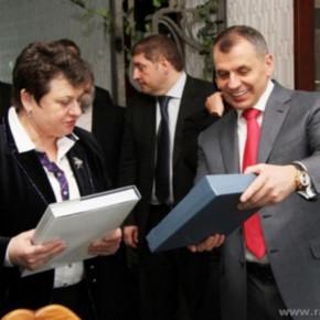 Губернатор Владимирской области С.Орлова обсудила с руководителем парламента республики Крым в. Константиновым вопросы взаимодействия
