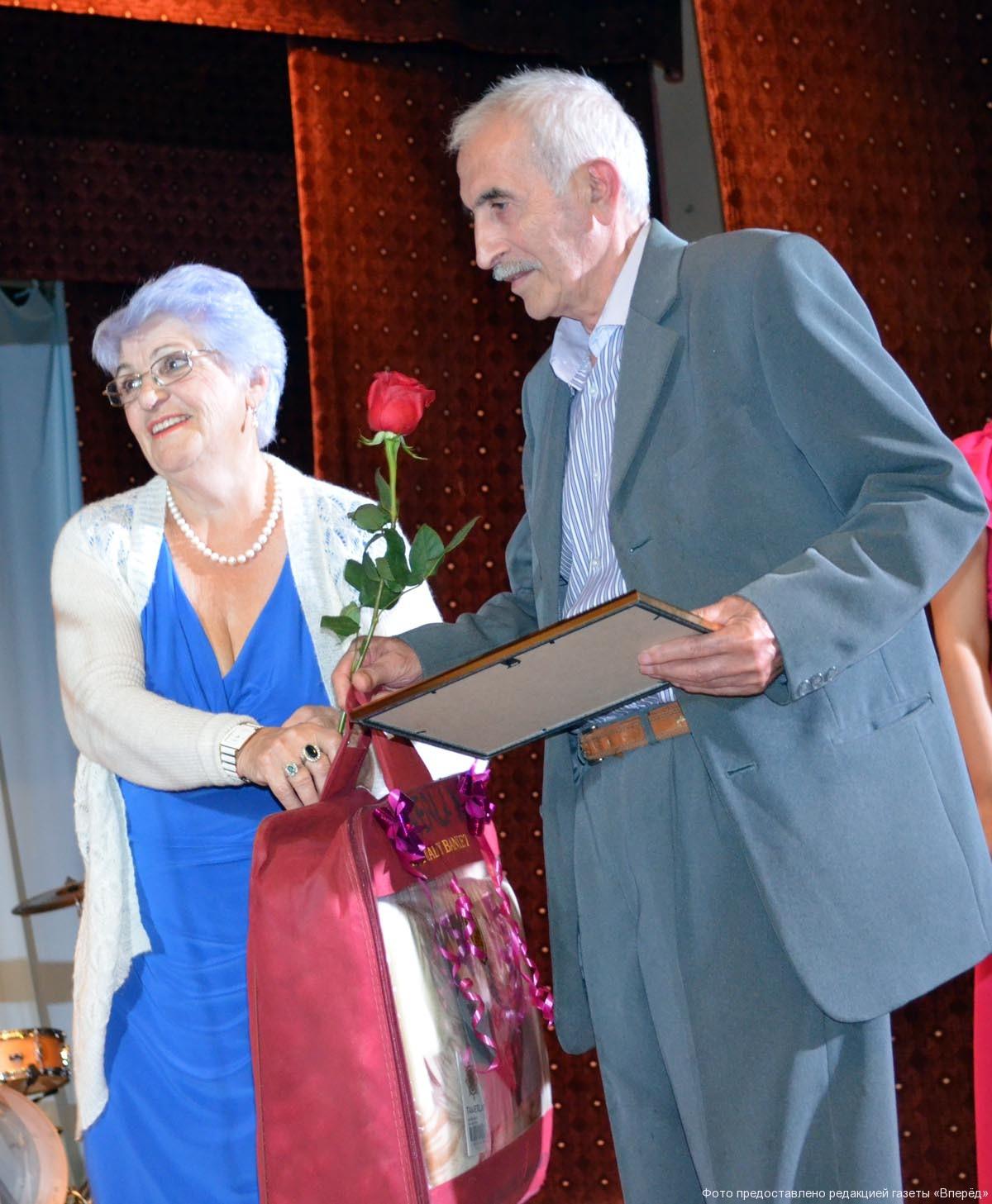 Супруги Арутюнян принимают поздравление