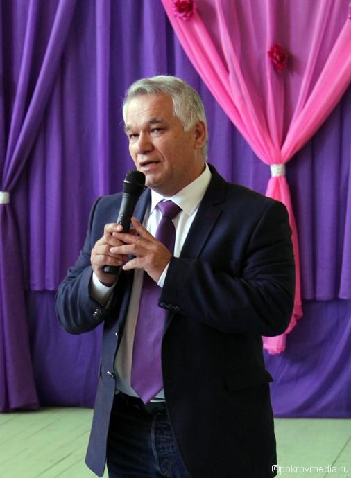 И. о. города Покров В. Ш. Аракелов поздравляет выпускников