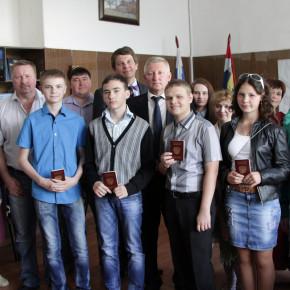 В честь Дня России в администрации торжественно вручили паспорта юным покровчанам