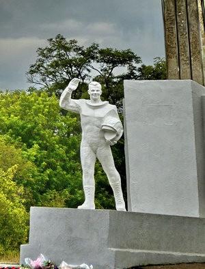 Памятник Гагарину на месте приземления