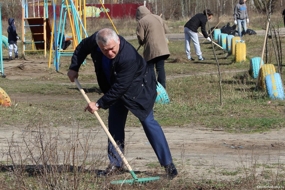 За работой глава администрации города В.Ш. Аракелов