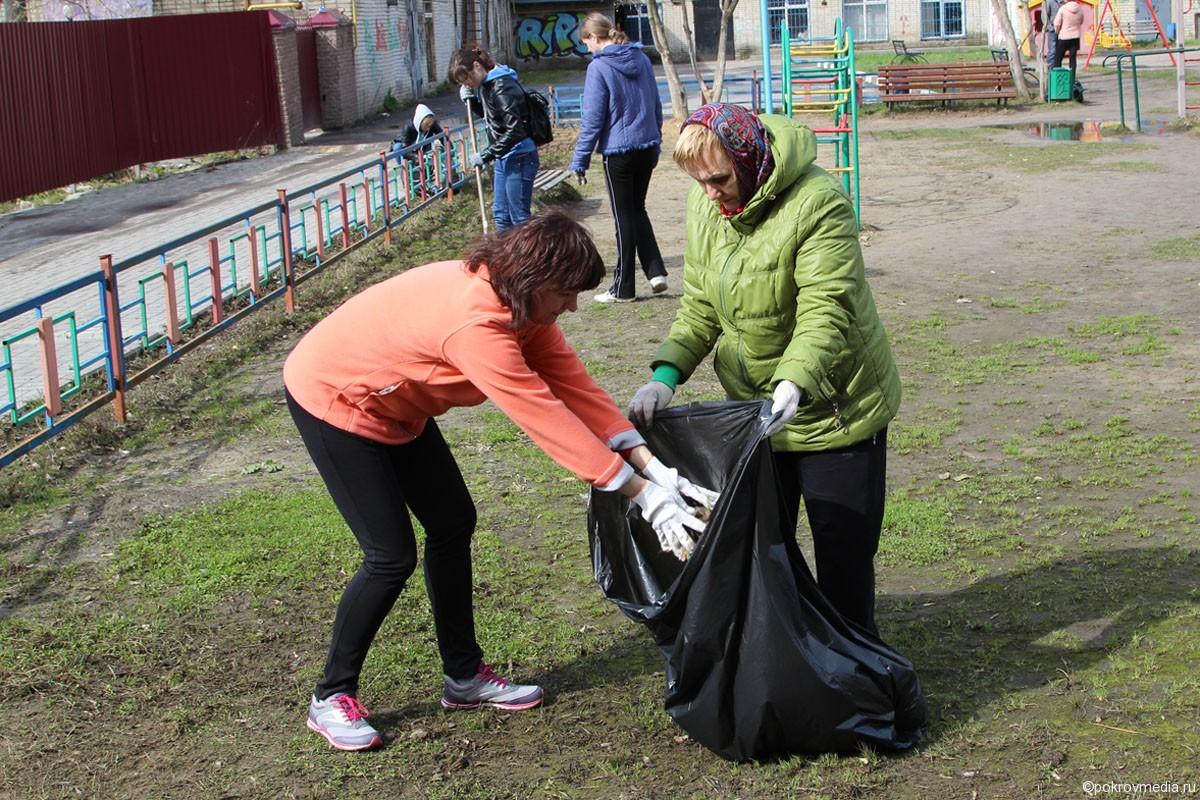 Сотрудники Дома творчества на уборке детской площадки