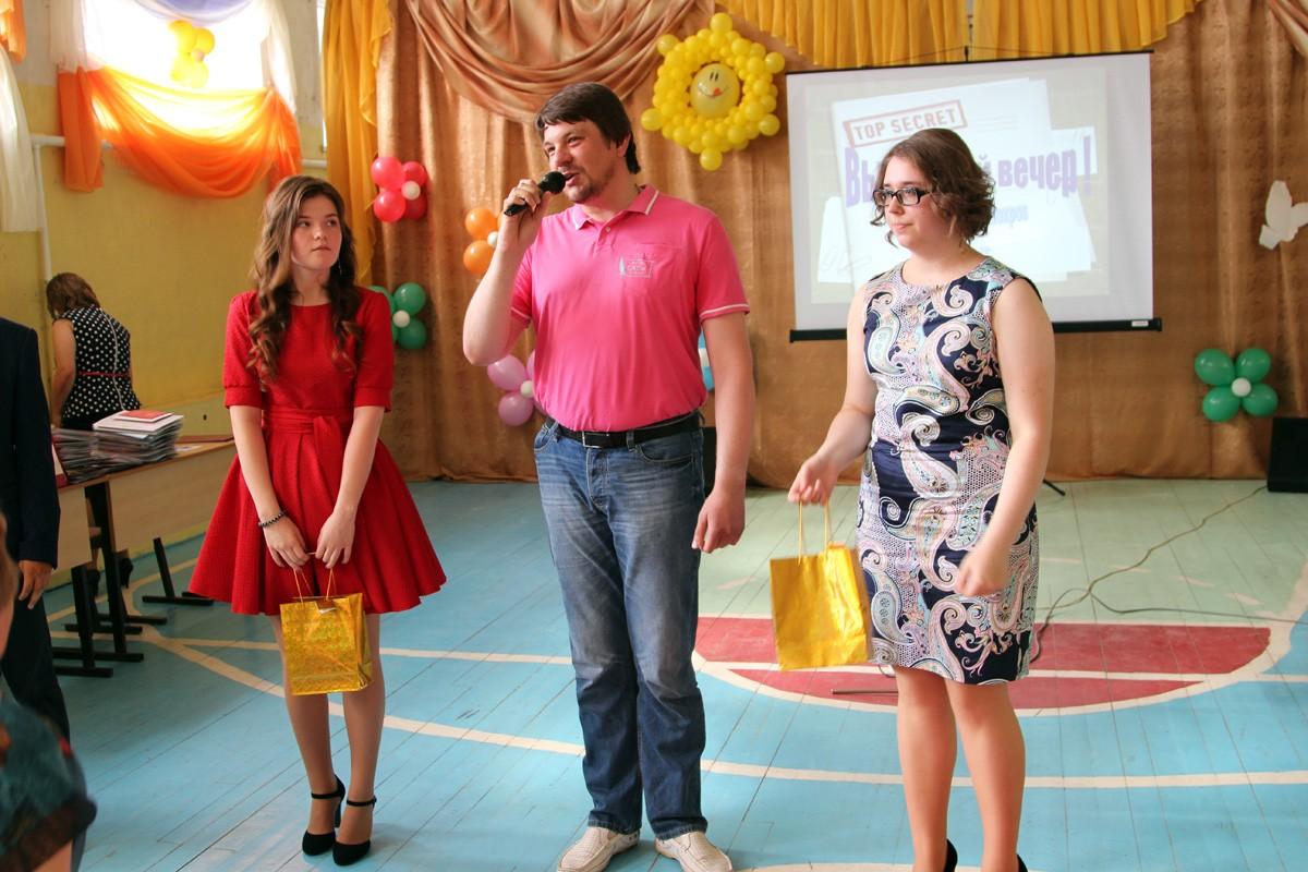 Глава г. Покров О. Г. Кисляков вручает памятные подарки медалистам средней школы № 2