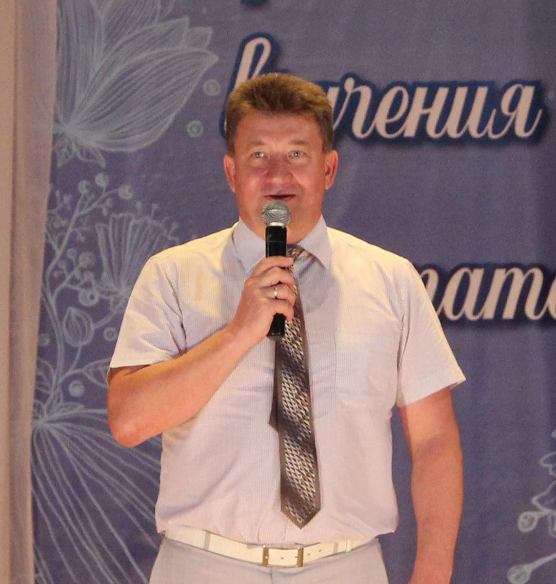 Поздравляет выпускников Глава Петушинского района В. Б. Шурыгин