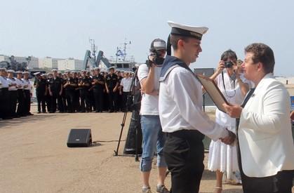 На фото: Вручение наград морякам