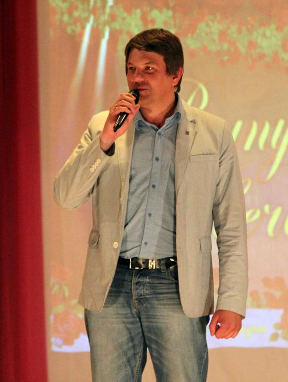 Глава г. Покров О. Г. Кисляков поздравляет выпускников средней школы № 1