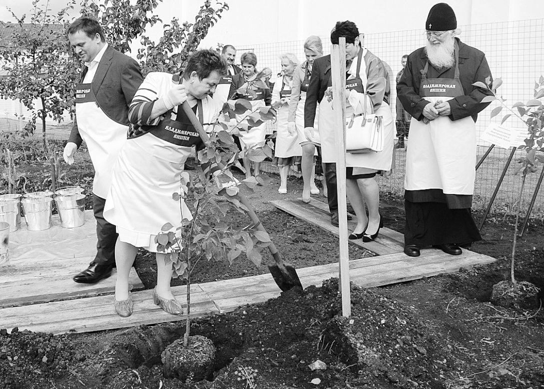 На снимке: Во время закладки в монастыре владимирской вишнёвой аллеи